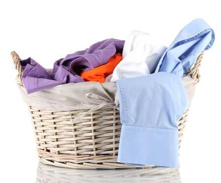 lavander�a: Ropas brillantes en cesto de la ropa, aislado en blanco