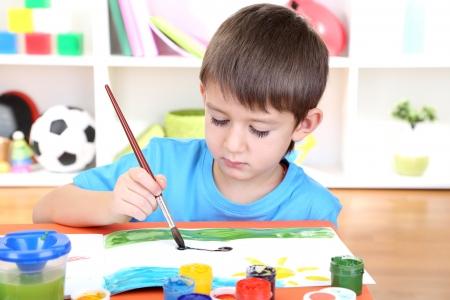 dessin enfants: Mignon peinture petit gar?on dans son album