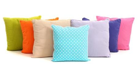 Almohadas de colores aislados en blanco