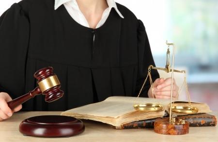 Le juge assis à table pendant les audiences sur le fond chambre