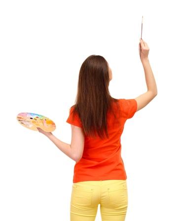 pintora: pintor joven y bella mujer con pinceles y la paleta, aislado en blanco