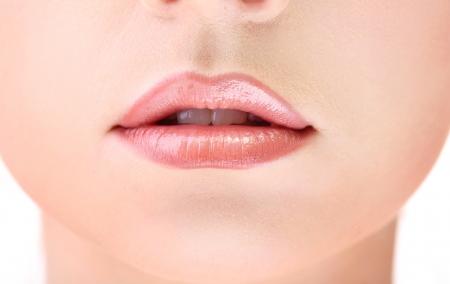 광택 입술의 아름다운 메이크업을 닫습니다