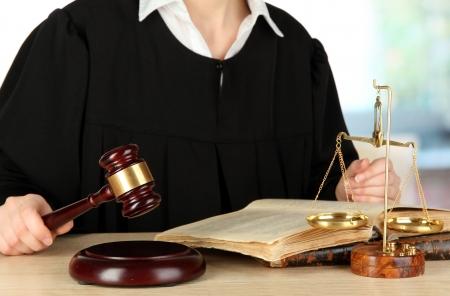 Le juge assis à table pendant les audiences sur le fond chambre Banque d'images