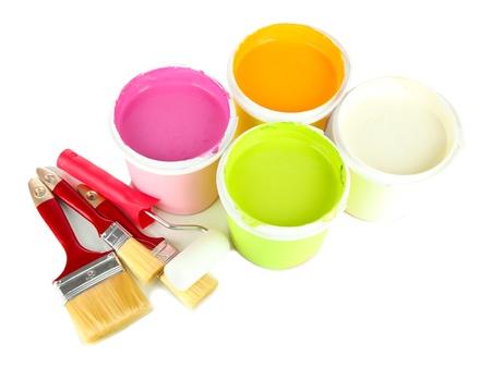 refurbishing: Set per la pittura: barattoli di vernice, pennelli, vernici-rullo isolato su bianco Archivio Fotografico
