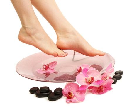 ногами: Женские ноги в спа миску с водой, изолированных на белом