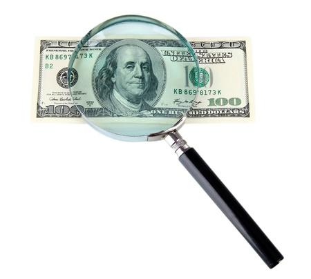 spuria: Cento dollari e lente di ingrandimento isolato su bianco