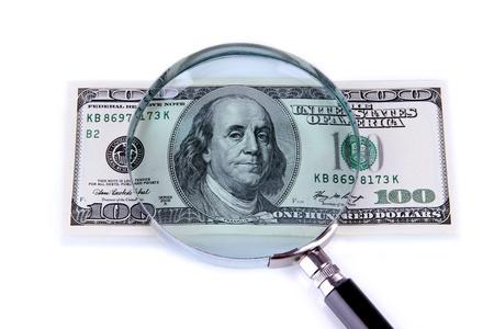 dinero falso: Hundred dollar bill y lupa aislados en blanco Foto de archivo