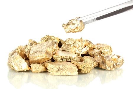pinzas: Pinzas holding pepita de oro aisladas en blanco