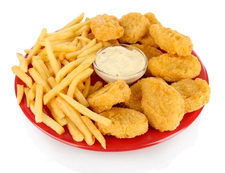 Fried chicken nuggets con patatas francés y salsa de aislados en blanco