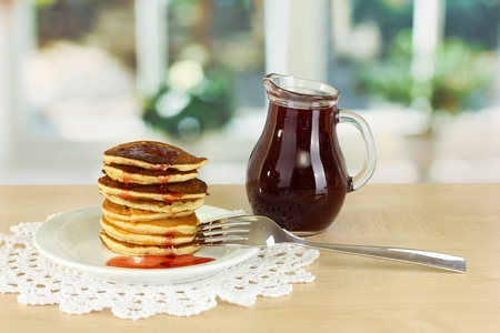 maslen: Sweet pancakes on plate with jam on table in kitchen