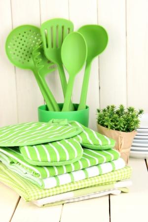 kitchen tools: Keuken instellingen: gebruiksvoorwerp, pannenlappen, handdoeken en anders op houten tafel Stockfoto
