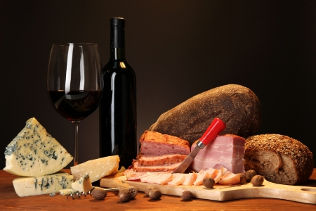 Exquisito bodeg�n de productos de vino, queso y carne photo