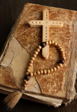 różaniec: Biblia, różaniec i krzyż na drewnianym stole Close-up