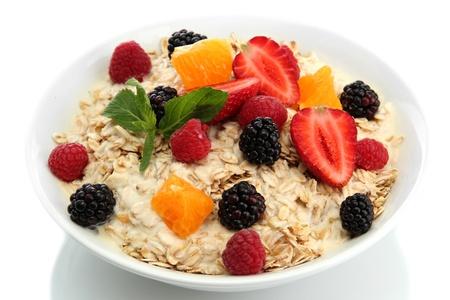 oatmeal: harina de avena con frutos sabrosos, aislados en blanco