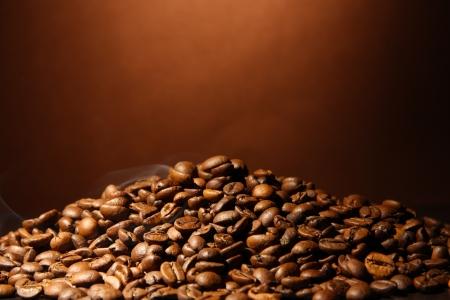 cafe colombiano: granos de caf� sobre fondo marr�n Foto de archivo