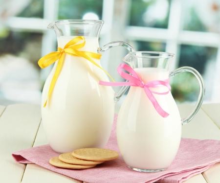 latte fresco: Brocche di latte sul tavolo in sala Archivio Fotografico