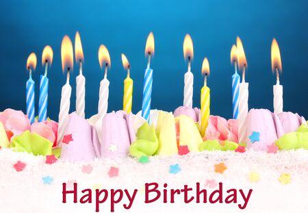 pasteles de cumpleaños: Torta de cumpleaños con velas sobre fondo azul Foto de archivo