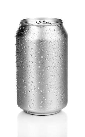 condensacion: lata de aluminio con gotas de agua aisladas sobre fondo blanco