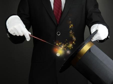 Goochelaar prestaties op donkere achtergrond