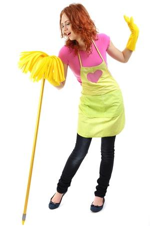 Jonge huisvrouw met mop, geïsoleerd op wit