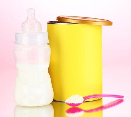 fondo para bebe: Botella con la leche y los alimentos para beb�s en el fondo de color rosa