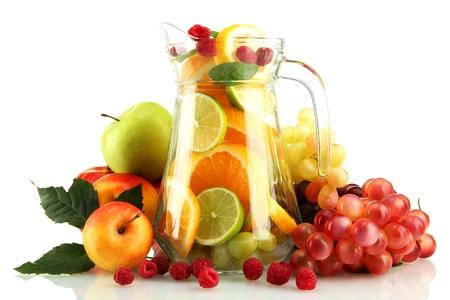jus orange glazen: transparante pot met exotische vruchten, geïsoleerd op wit Stockfoto