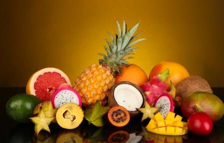 カラフルな背景の上のエキゾチックなフルーツの組成