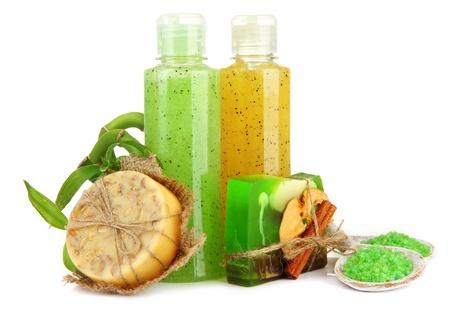 Botellas con matorral y jabón hecho a mano, aislado en blanco