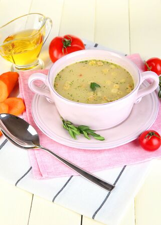 nourishing: Nutritiva sopa de pan de color rosa en la mesa de madera de cerca