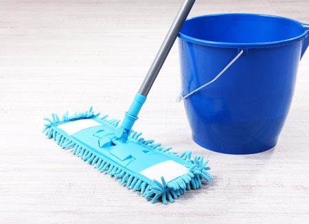 Lavare il pavimento e gli pulizia del pavimento Archivio Fotografico