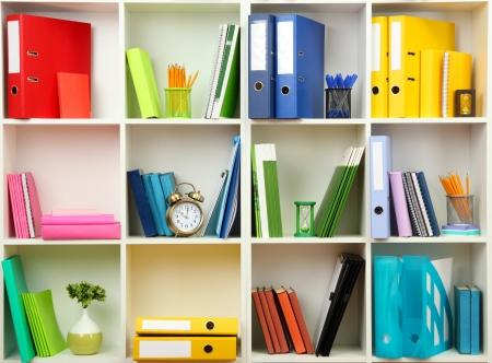 Estanterías de oficina blancas con diferentes efectos de escritorio, de cerca Foto de archivo