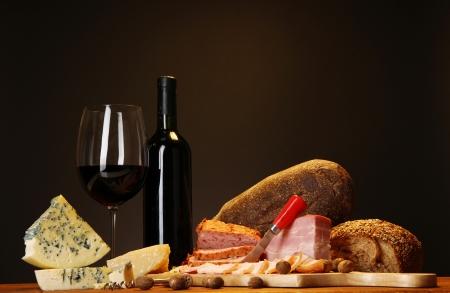 vinos y quesos: Exquisito bodeg�n de productos de vino, queso y carne Foto de archivo