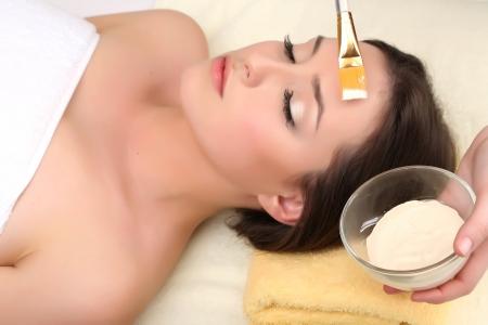 ansikts: Vacker ung kvinna i kosmetiska salong nära upp