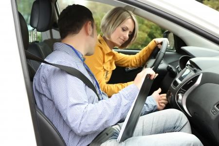 Leerling bestuurder student rijdende auto met instructeur