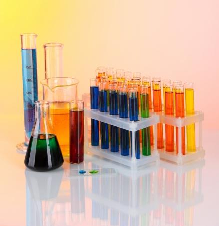 industria quimica: Tubos de ensayo de colores sobre fondo claro