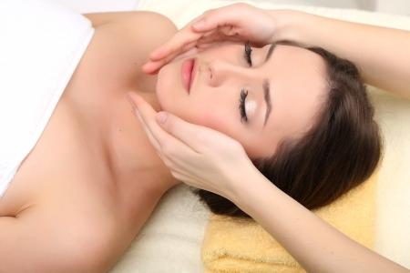tratamiento facial: Joven y bella mujer en el sal�n de est�tica cerca