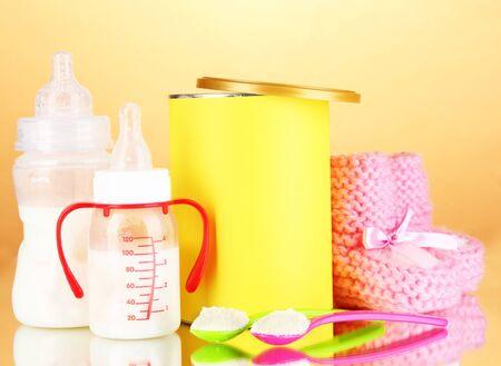 fondo para bebe: Botellas con leche y alimentos para beb�s en el fondo de color beige