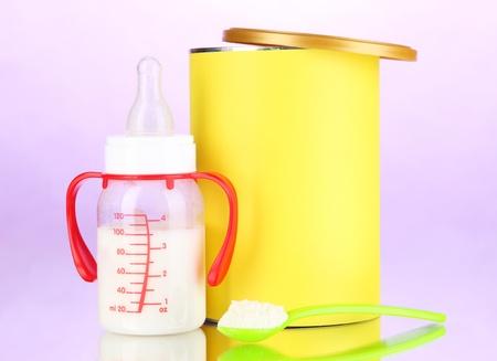 fondo para bebe: Botella con la leche y los alimentos para beb?en el fondo p?ra Foto de archivo