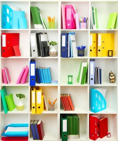 leveringen: Witte kantoor planken met verschillende briefpapier, close-up Stockfoto