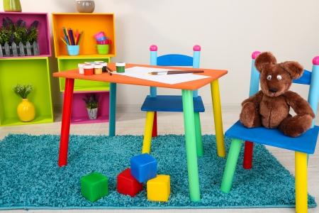 muebles de madera: Una mesa peque?a y colorida y sillas para ni?os peque?os Foto de archivo