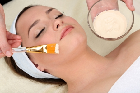 pulizia viso: Bella giovane donna nel salone di bellezza vicino Archivio Fotografico