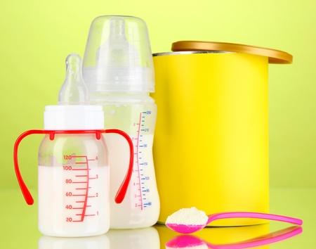 fondo para bebe: Botellas con leche y alimentos para beb?s en fondo verde