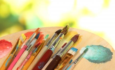 paleta de pintor: Muchos pincel en la pintura de cerca Foto de archivo