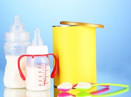 fondo para bebe: Botellas con leche y alimentos para beb�s en el fondo azul