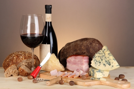 Exquisito bodeg?n de productos de vino, queso y carne photo