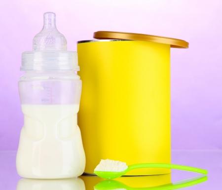 fondo para bebe: Botella con la leche y los alimentos para beb?s en el fondo p?rpura