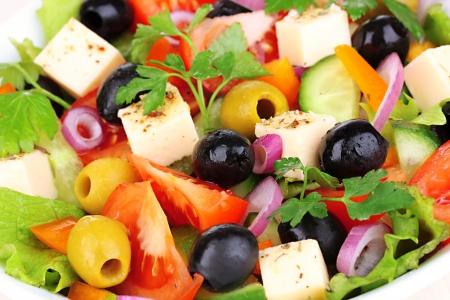 ギリシャ サラダ プレートのクローズ アップ