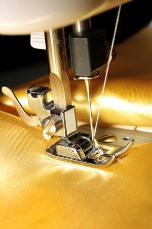 tissu or: Machine ? coudre avec le plan rapproch? drap d'or