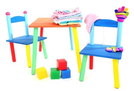Plastic Stoel Kind : Kleine en kleurrijke tafel en stoelen voor kleine kinderen