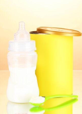 fondo para bebe: Botella con la leche y los alimentos para beb?s en el fondo de color beige